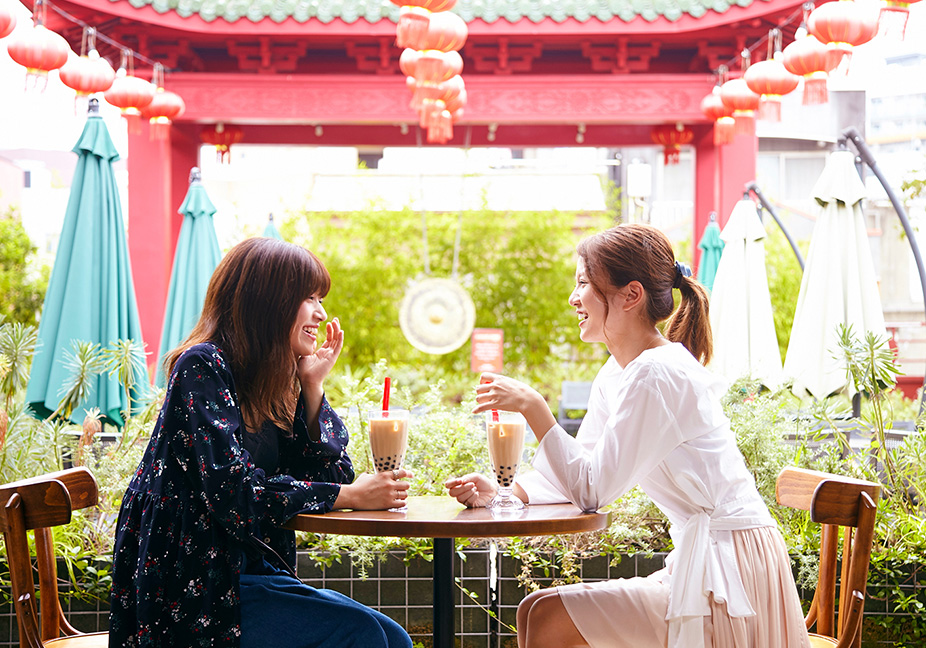 モダンで中国気分も味わえるテラス席が人気