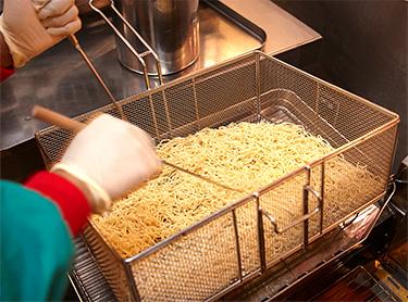 製麺した麺を「蒸す」